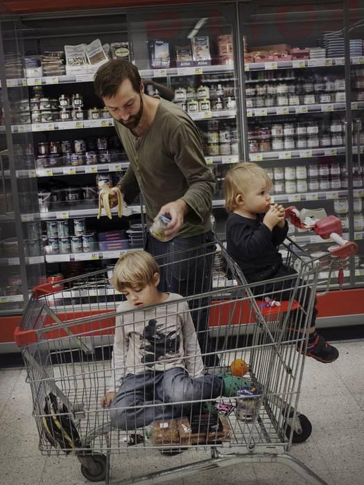 padre al supermarket dei figli