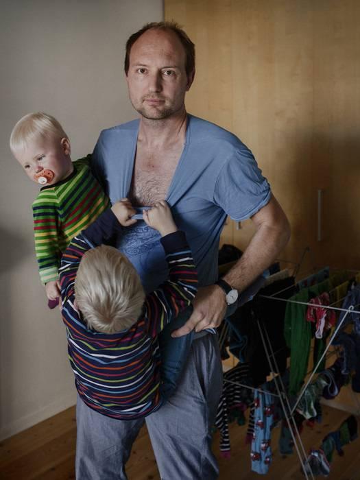 padre tiene in braccio figli