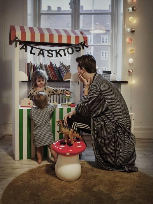 padre gioca minimarket con i figli