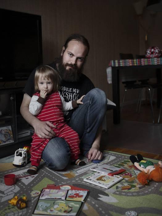 papà con in braccio figlia