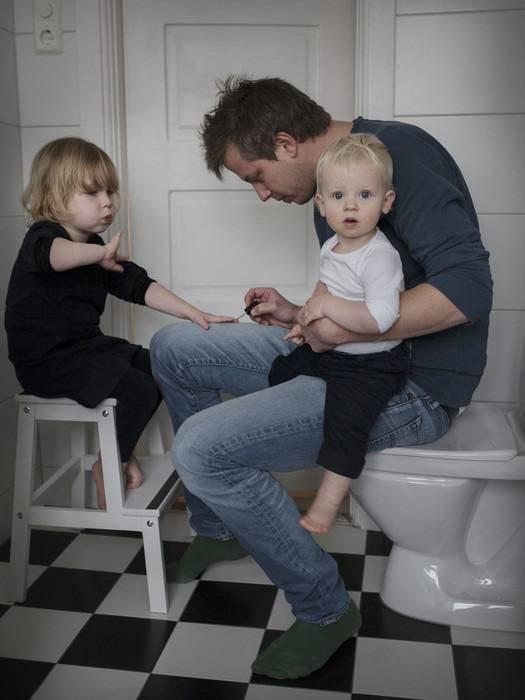 padre insieme ai figli in bagno