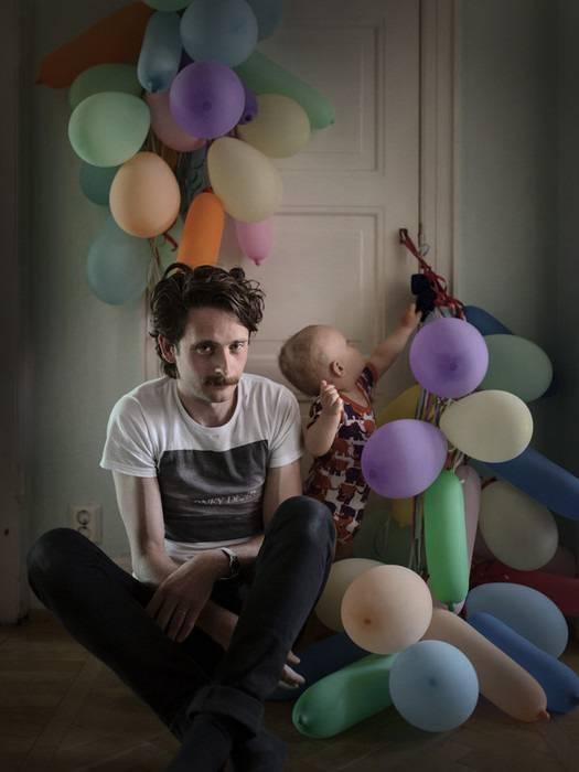 uomo gioca palloncini con i bambini