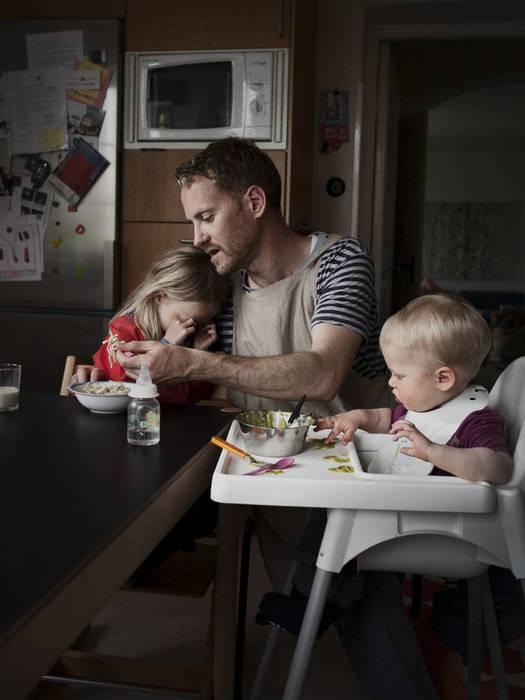 padre cerca far mangiare figli