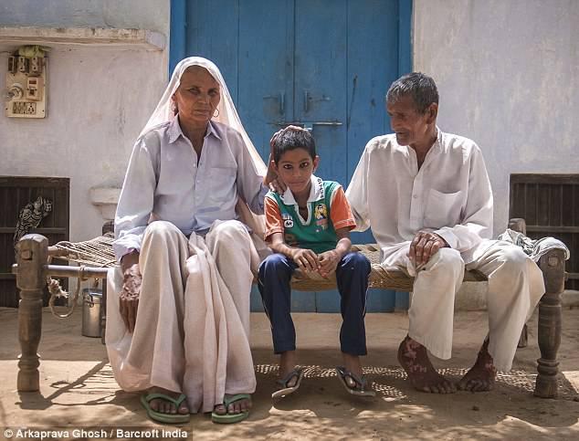 famiglia singh con figlio