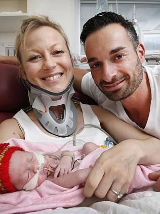famiglia riunita in ospedale sorride