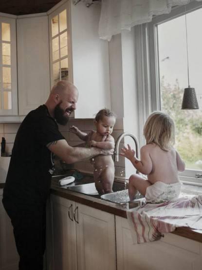 padre lava i figli nel lavandino