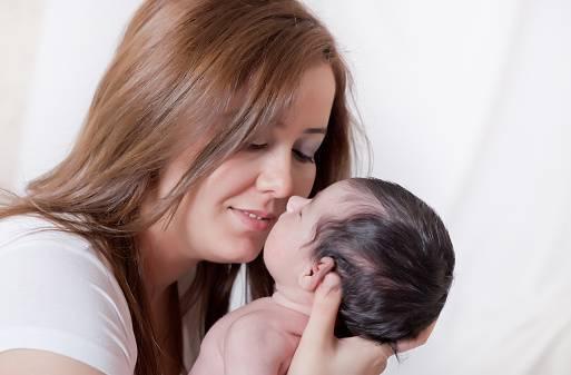mamma bacia il figlio