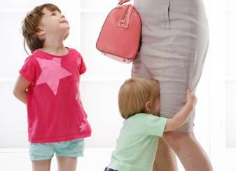 bambino piange sulle gambe della mamma
