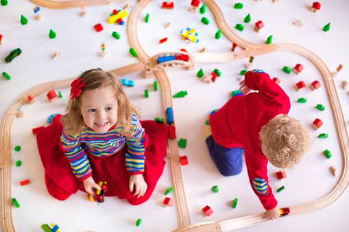 bambini giocano al trenino