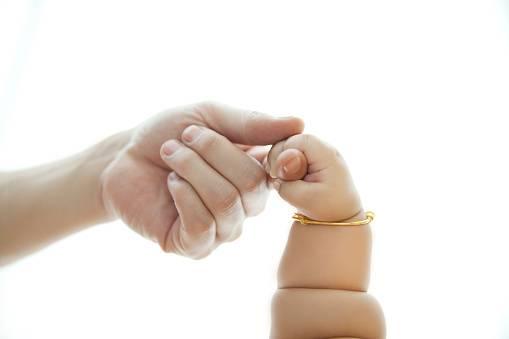 mano di bambino in mano di adulto