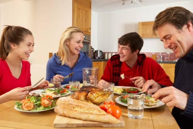 adolescenti-cenare-a-casa-