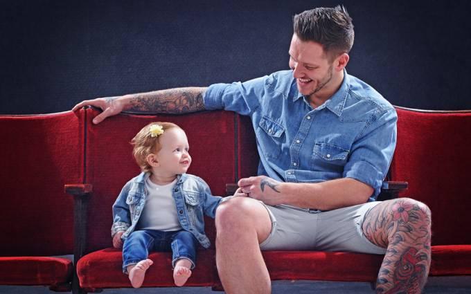 padre seduto vicino figlia