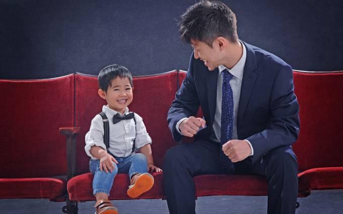 papà e figlio asiatici su un divano