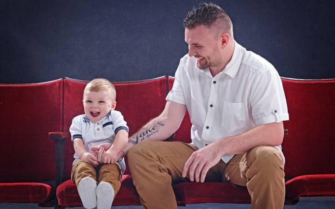 padre tatuato e figlio sul divano