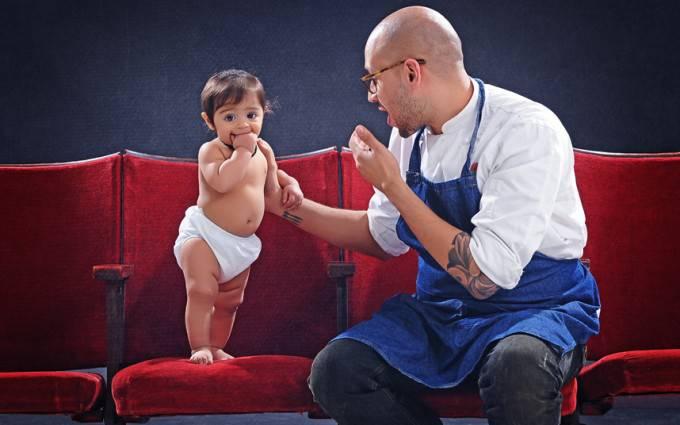 uomo con figlio con pannolino