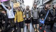 """La protesta degli """"uomini in minigonna"""" contro la violenza sulle donne"""