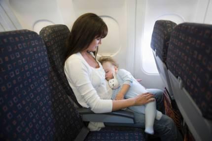 mamma con bimbo in aereo