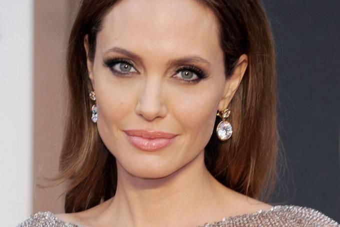 """Angelina Jolie si fa rimuovere le ovaie per prevenire il cancro: """"voglio veder crescere i miei figli"""""""
