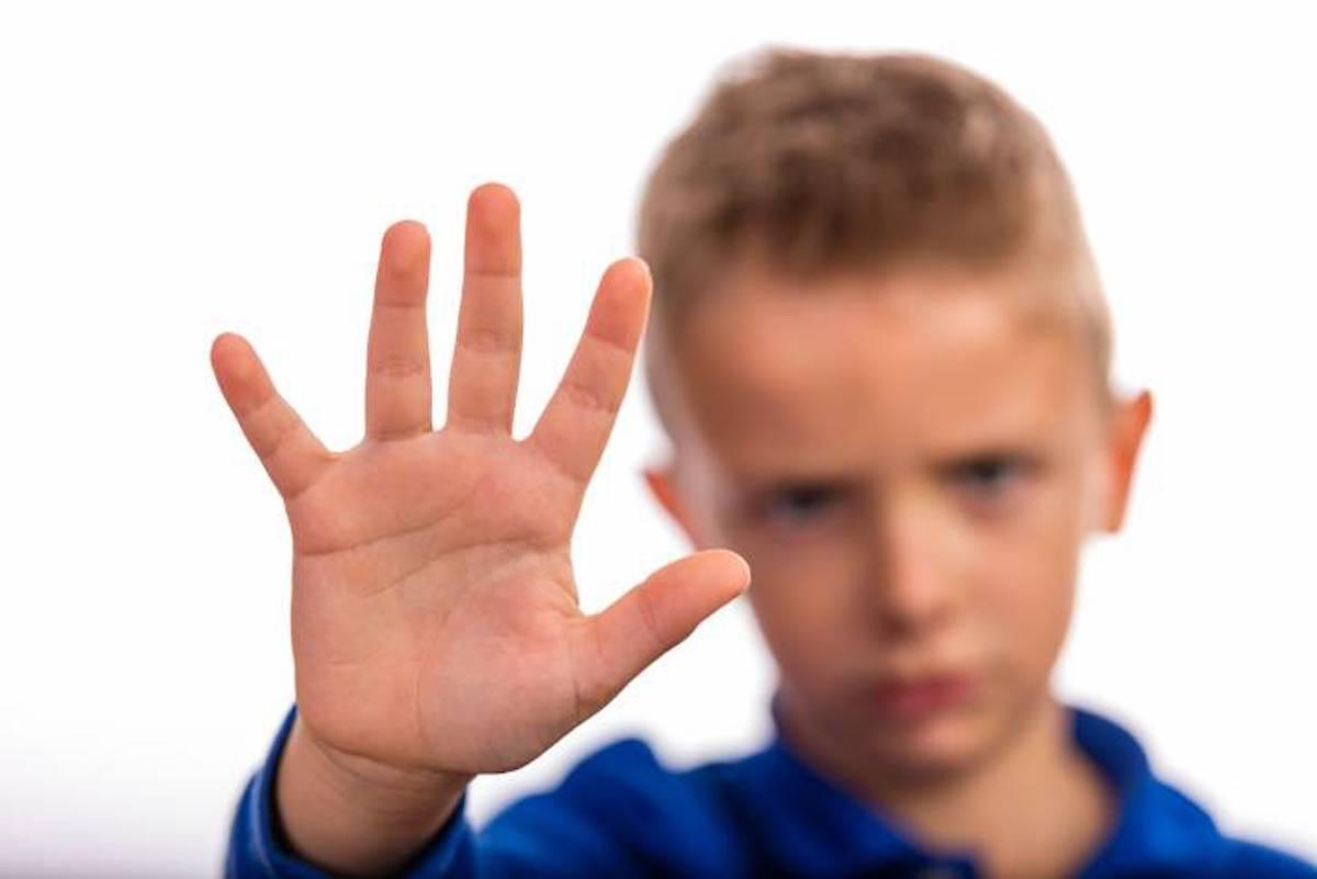 bambino con mano per fermare