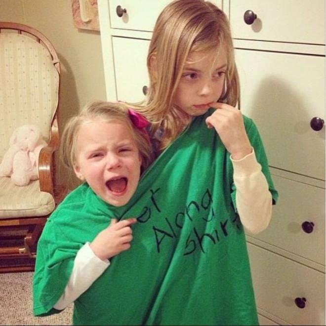 bambine in 2 in una maglietta