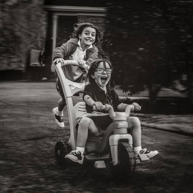 bambine giocano bicicletta