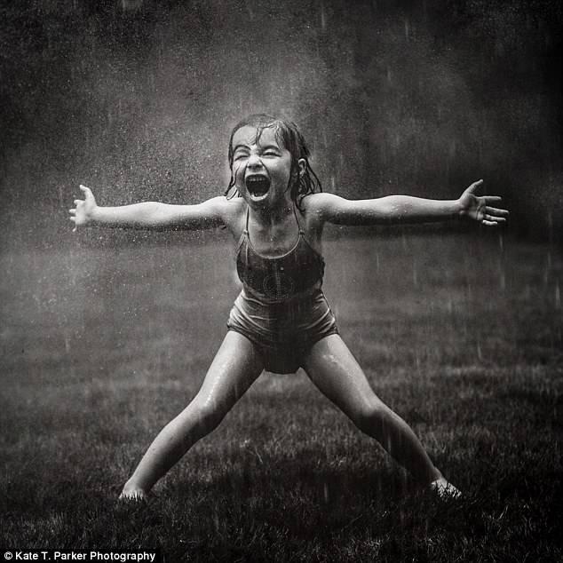 bambina in costume sotto pioggia