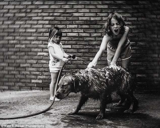 bimbe lavano cane