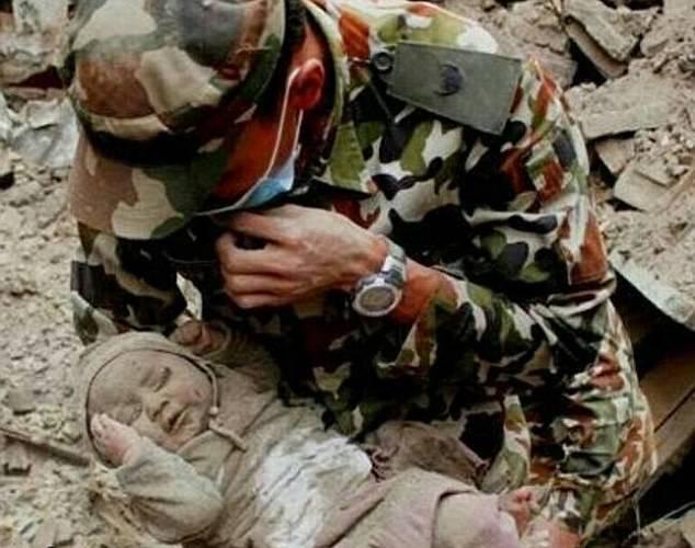 Nepal soccorsi salvano bambino