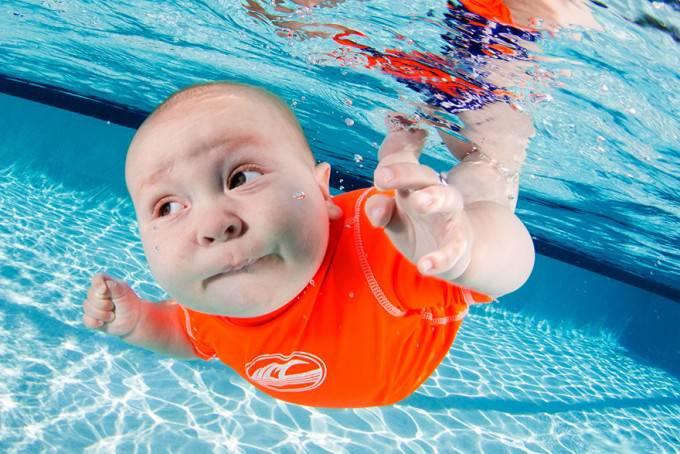 bimbo va sotto acqua