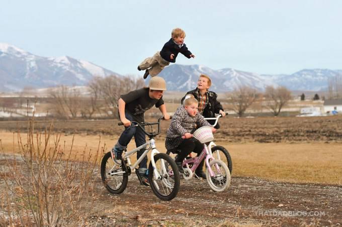 bimbi vanno in bicicletta