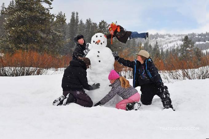 bimbi fanno pupazzo di neve