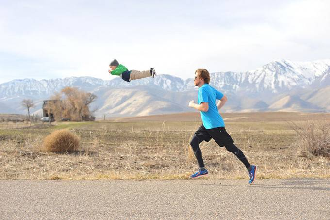 bimbo vola con padre che corre