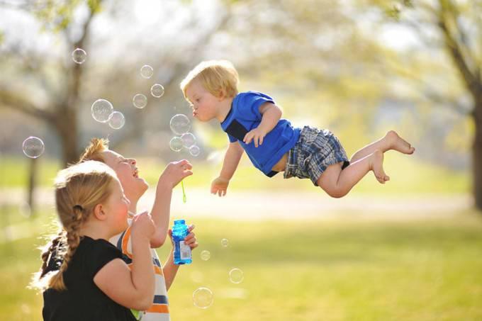 bimbo vola soffiando bolle