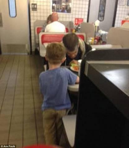 bambino generoso aiuta un senzatetto