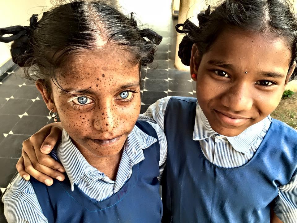 bambina indiana con compagna