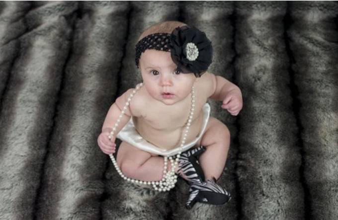 neonata con perle e tacchi