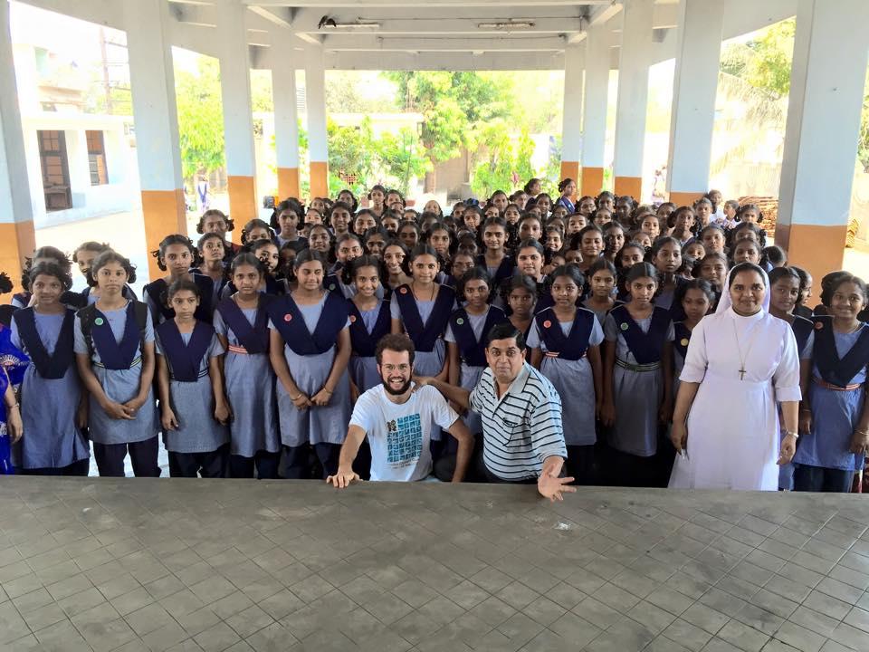 bambina indiana nel campus