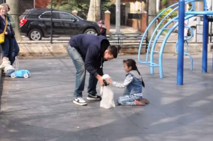 bambina accarezza cucciolo