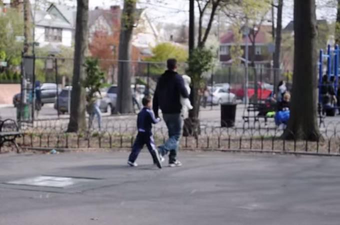 uomo parco con bambino