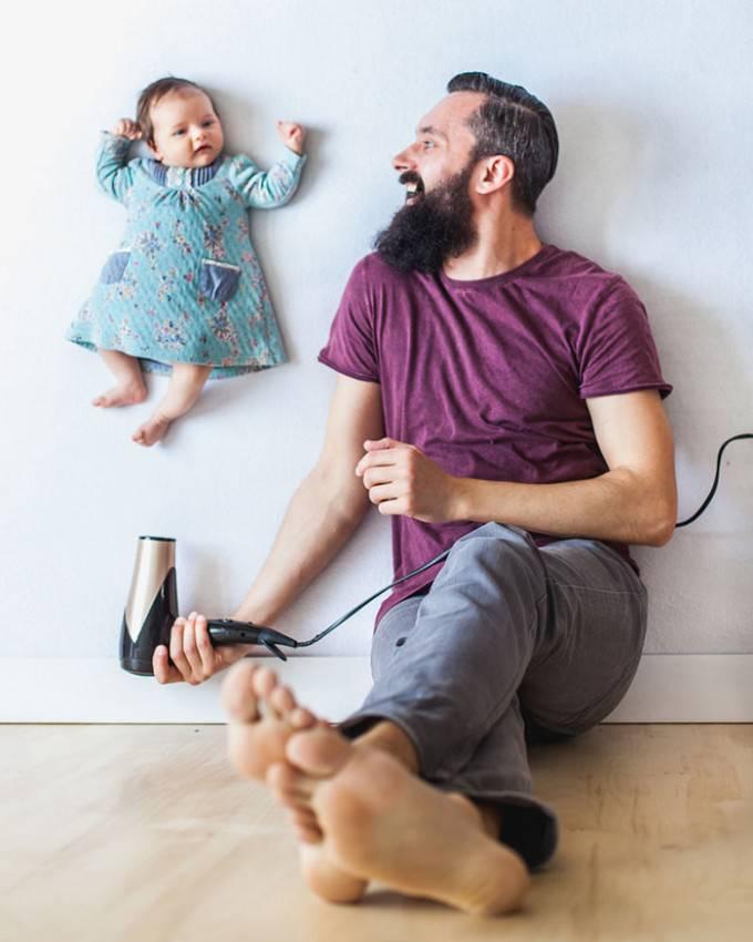 padre con phon e bambino