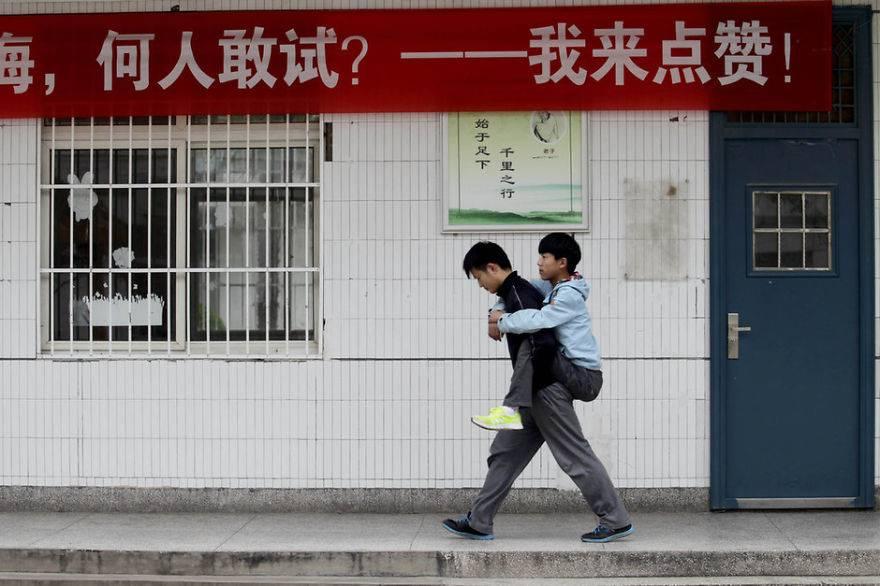 Ragazzo porta in spalla amico disabile per 3 anni per un commovente motivo FOTO