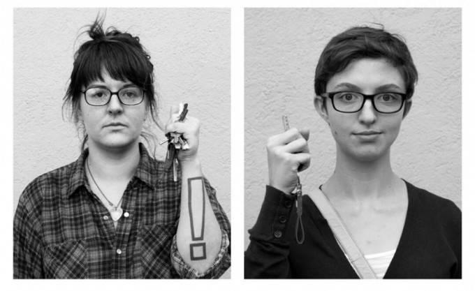 donne stringono chiavi