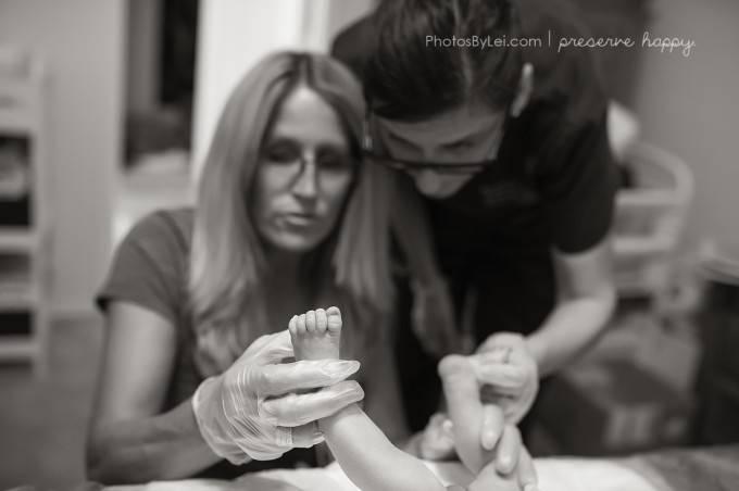 ostetrica controlla piedi