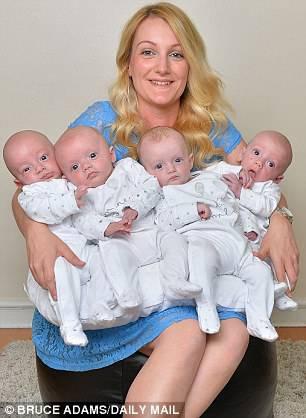 donna in posa con gemelli