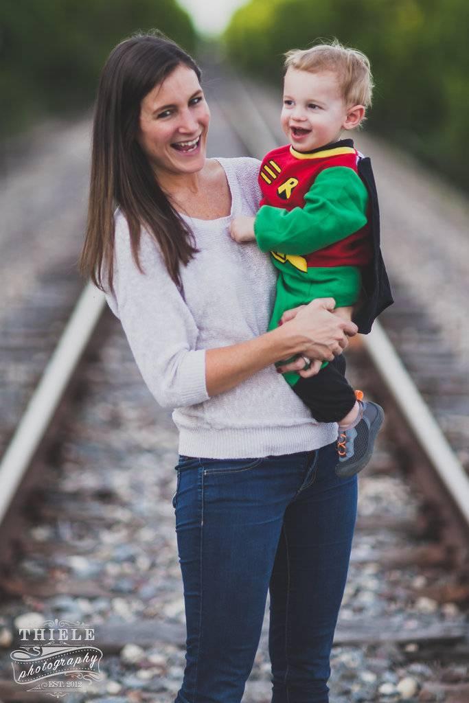 mamma con figlio in braccio