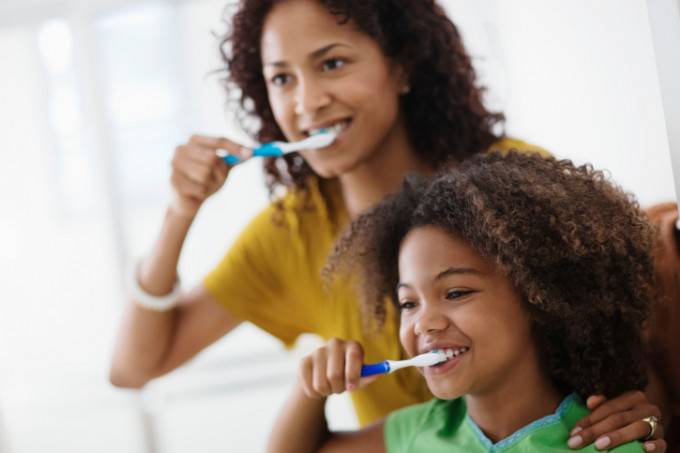 Spazzolini da denti ricoperti di cacca