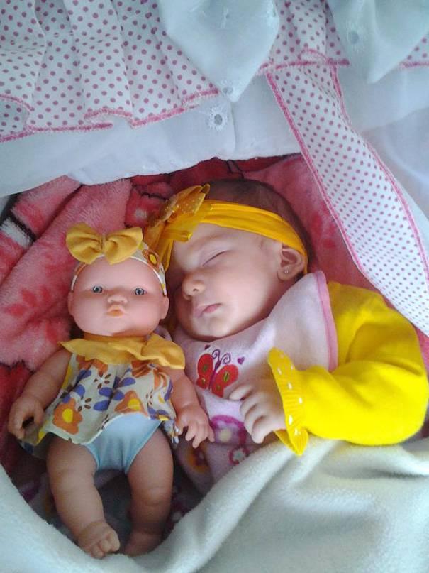 bimba dorme con bambola