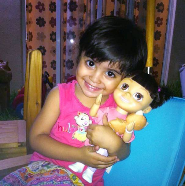 bambina uguale a bambola