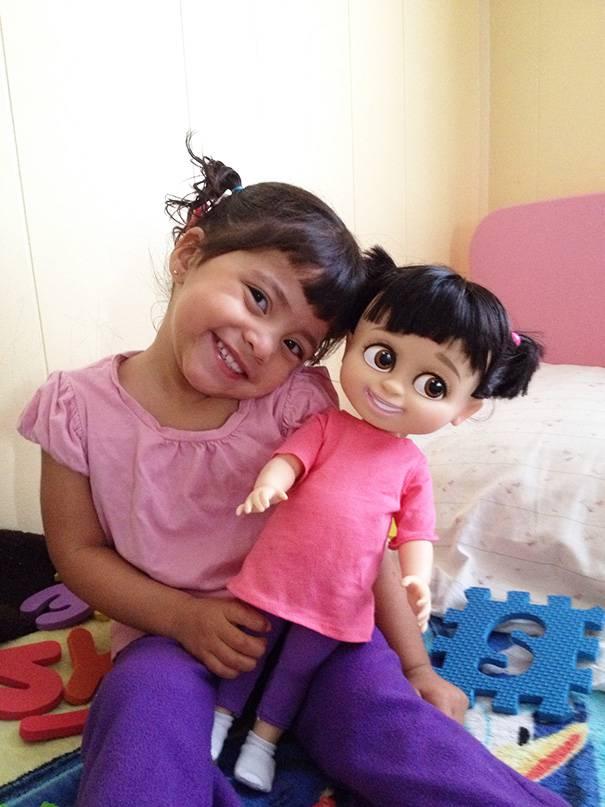 bimba gioca con bambola