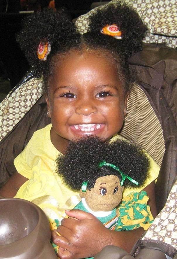 bimba con bambola